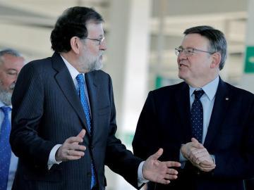 El presidente del Gobierno Mariano Rajoy conversa con el president de la Generalitat, Ximo Puig