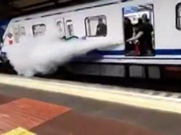 Un conductor de Metro de Madrid rocía a dos grafiteros con un extintor para ahuyentarles