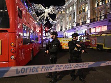 Policías armados vigilan en una zona acordonada de Londres