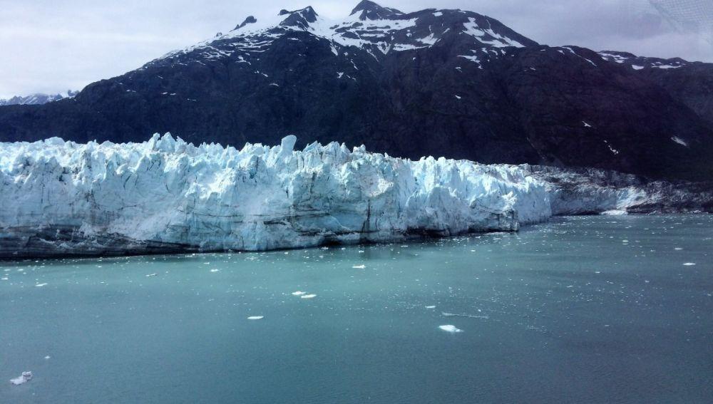 Imagen de una montaña helada en Alaska