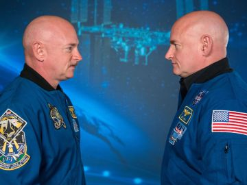 La estancia en el espacio hizo que los telómeros (los extremos de los cromosomas) de Scott Kelly (derecha) se alargaran