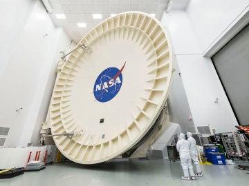 Esta es la gigantesca puerta de la cámara criogenizada donde se ha probado el telescopio James Webb