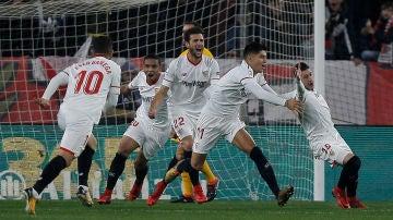 Los jugadores del Sevilla celebran uno de los goles en el Pizjuán