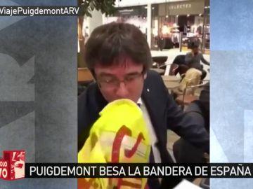 Carles Puigdemont besa la bandera de España