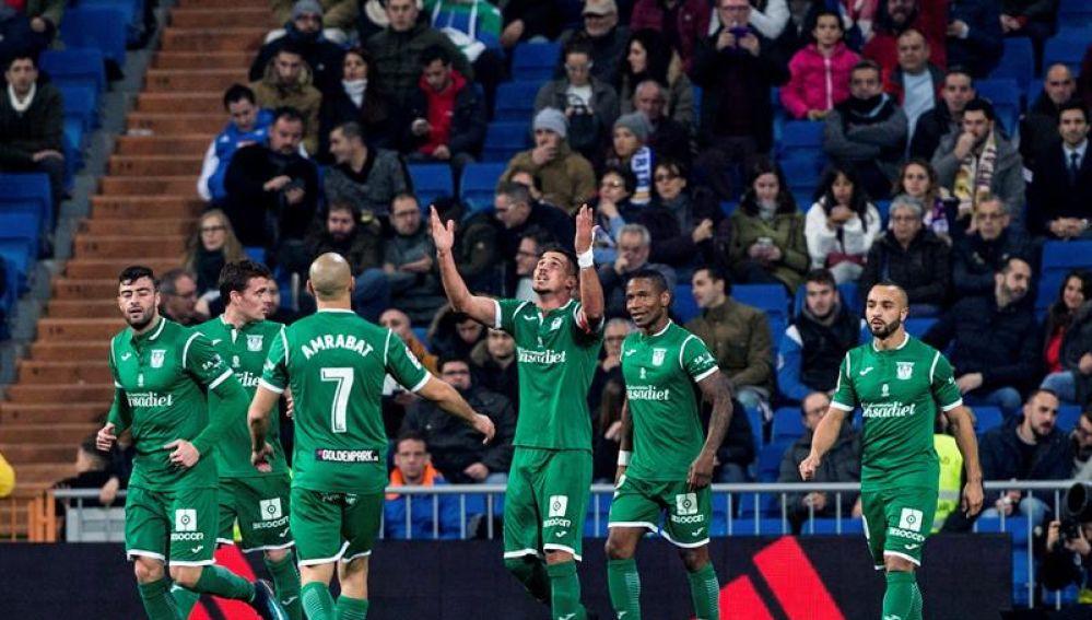 El Leganés celebra el gol de Gabriel en el Bernabéu
