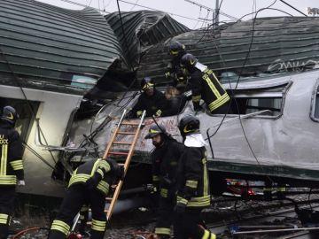 Los equipos de emergencias trabajan en el lugar del accidente de tren en Milán
