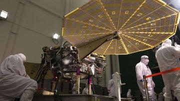 La sonda InSight con los paneles solares en abanico desplegados