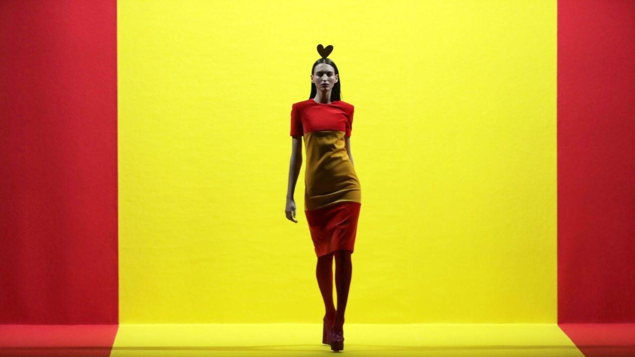 Una modelo de la firma Agatha Ruiz de la Prada, desfila con una de las creaciones en el desfile