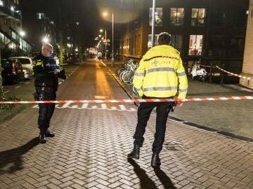 Policía holandesa en el lugar del tiroteo