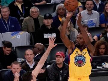 Kevin Durant lanza a canasta con los Warriors