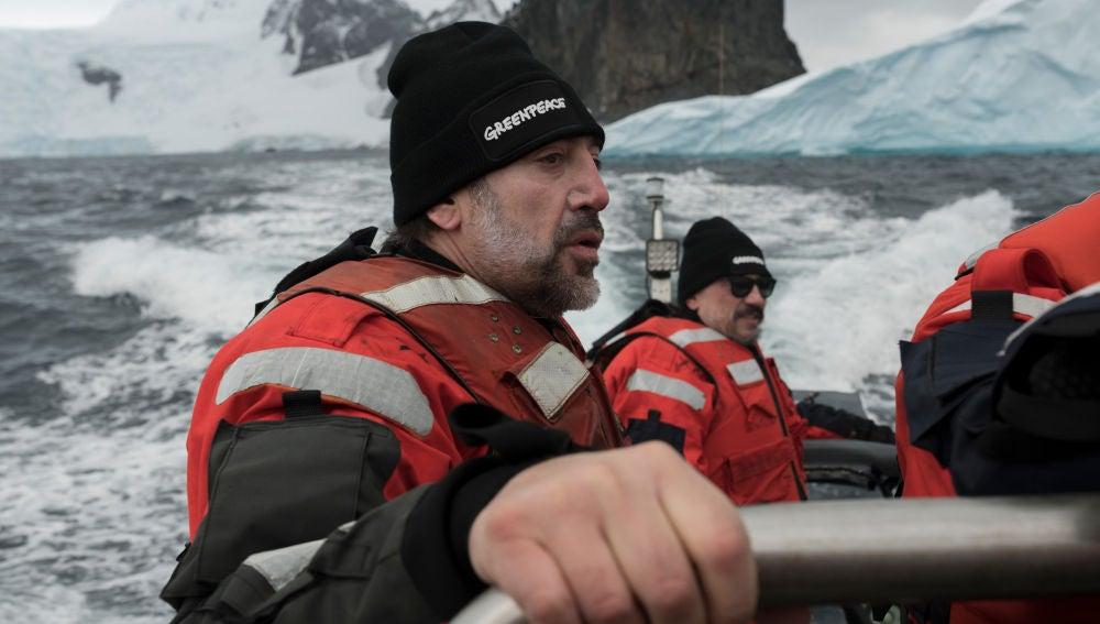 Javier y Carlos Bardem en un barco de Greenpeace en la Antártida