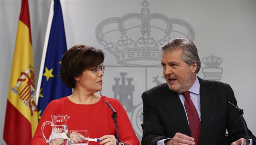 La vicepresidenta del Gobierno, Soraya Sáenz de Santamaría, y el portavoz del Ejecutivo, Íñigo Méndez de Vigo