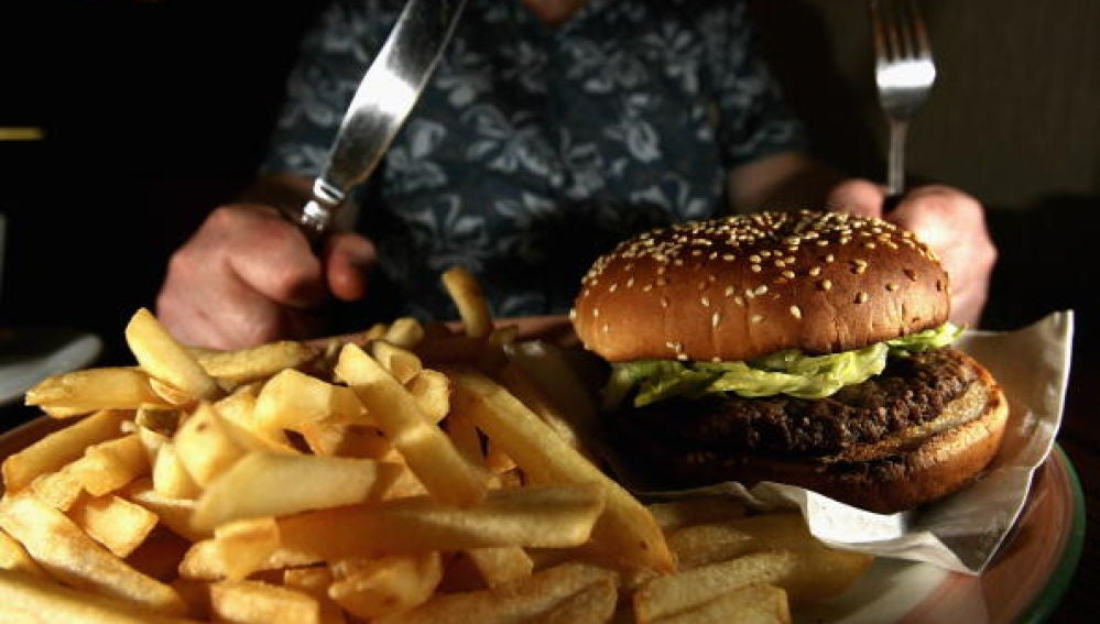 Una hamburguesa con patatas fritas