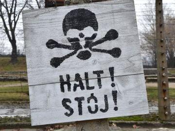 """Una vista de la señal """"Stop"""" en el antiguo campo de exterminio y concentración nazi-alemana KL Auschwitz-Birkenau"""