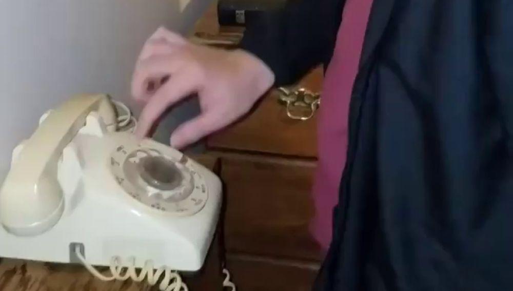 El vídeo de un adolescente intentando utilizar un teléfono antiguo que hará que te sientas muy viejo
