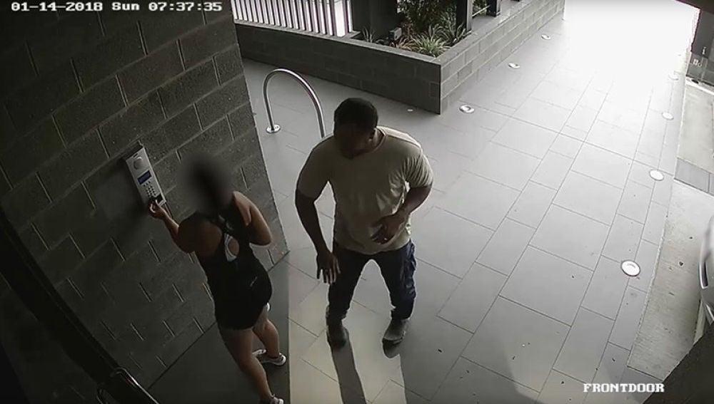 Las cámaras captan el momento en el que el agresor abusa de una joven