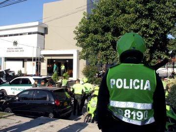 Un policía observa la estación de policía donde explotó un artefacto en Barranquilla, Colombia