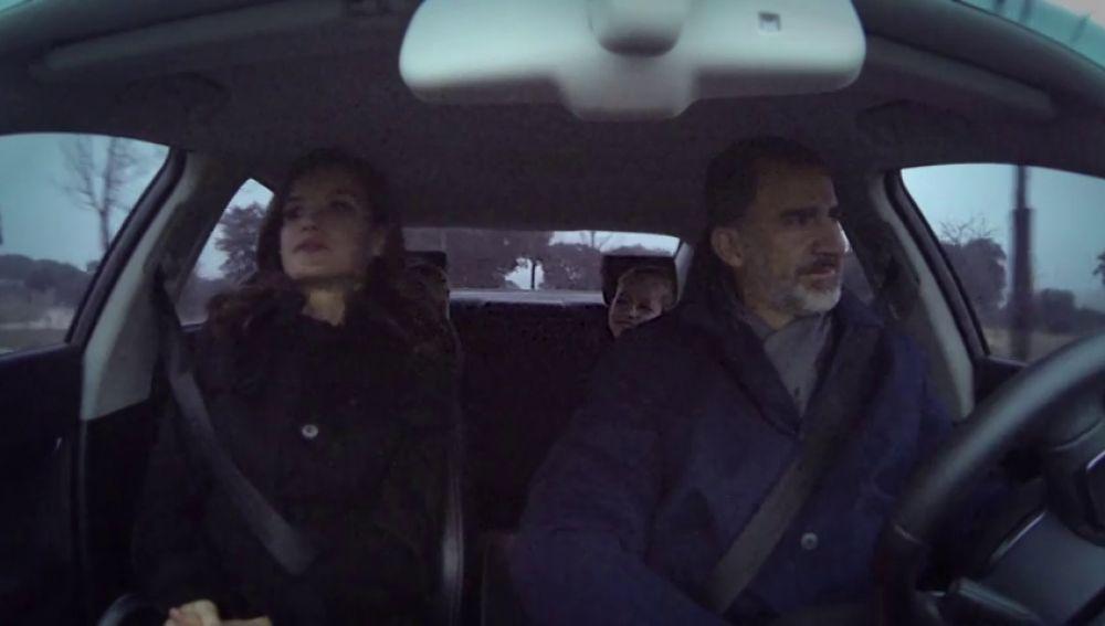 El rey Felipe VI en el coche con su familia
