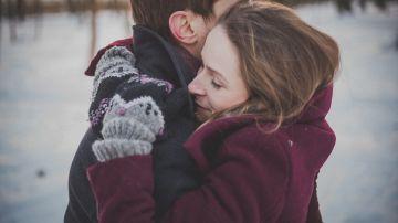 Foto de archivo de dos personas abrazándose