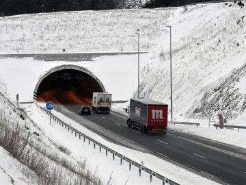 La nieve condiciona la circulación en la autopistas AP-6 y AP-61 en Ávila y Segovia