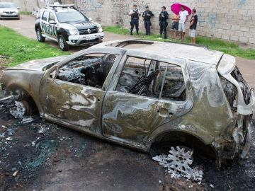 Un coche abandonado y quemado por los supuestos culpables de realizar un ataque a balazos