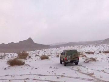 Nieve en el desierto, la imagen poco habitual con la que se han despertado en Arabia Saudí
