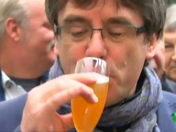 Puigdemont se deja ver brindando por Bruselas pero mantiene el misterio sobre sus planes tras el auto del Constitucional