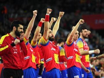 La selección española de balonmano celebra el triunfo