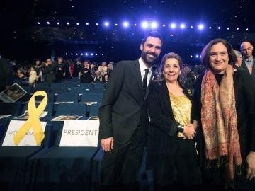 Roger Torrent, junto a la presidenta de la academia del cine catalán, Isona Passola y Ada Colau, en la gala de los X Premios Gaudí