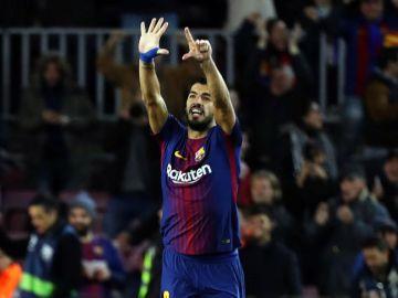 Luis Suárez protesta una acción en un partido del FC Barcelona.