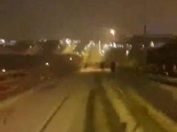 """Obligados a volver a casa caminando en plena nevada tras quedar varados en la M-607: """"El autobús no tiene cojones a bajar"""""""