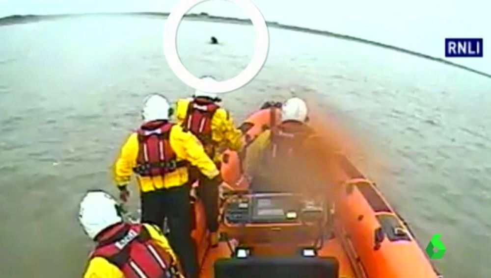 Rescate tras ser arrastrada por la marea