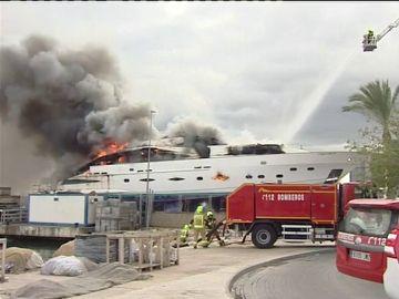 Incendio de un yate en Alicante