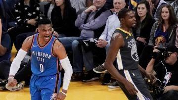 Westbrook celebra una canasta delante de Durant