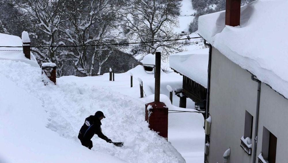 Un vecino de Pajares (Asturias) retirando nieve