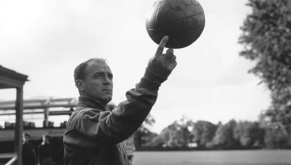 Alfredo di Stefano, jugando con el balón