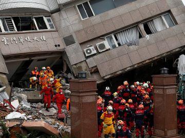 Los equipos de salvamento buscan sobrevivientes en un edificio dañado por el terremoto