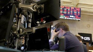 Corredores reaccionan durante el cierre de la Bolsa de Nueva York