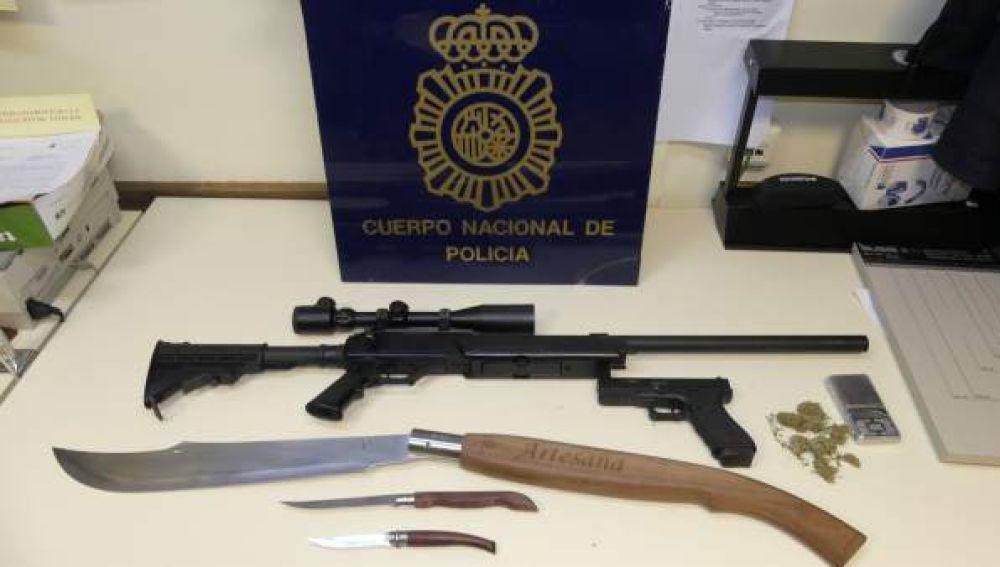 Armas y droga intervenidas a un joven de Jaén