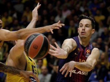 Heurtel pasa el balón en el partido del Barcelona