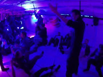 Los participantes en la 'rave' comienzan a flotar
