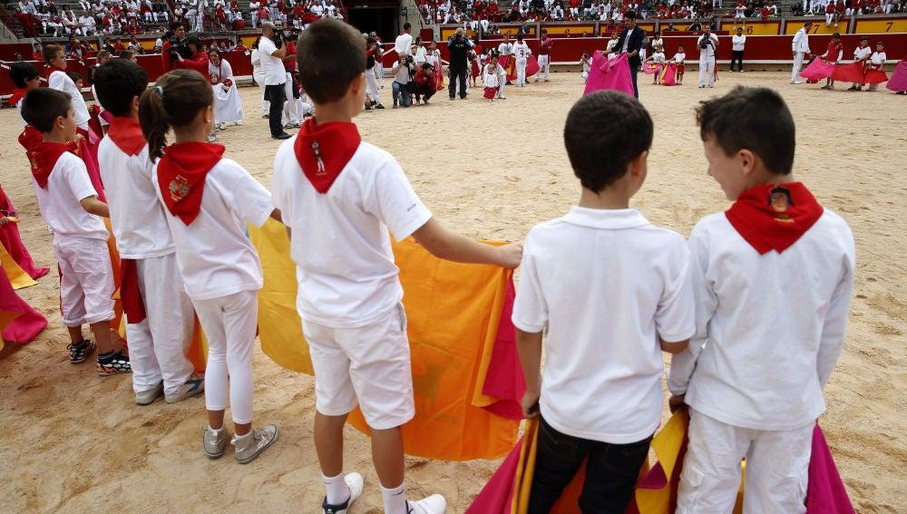 Menores participando en un acto taurino