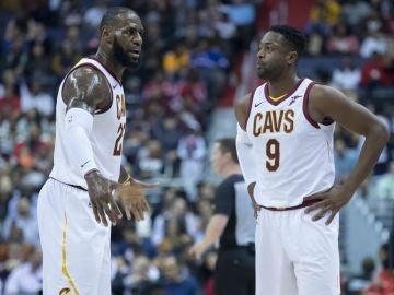 LeBron James y Dwyane Wade, durante un partido con los Cavs
