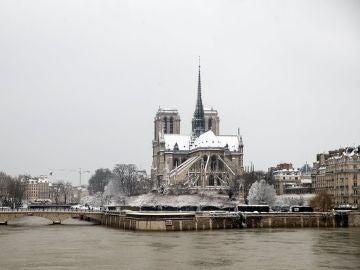 La Catedral de Notre Dame cubierta de nieve en París