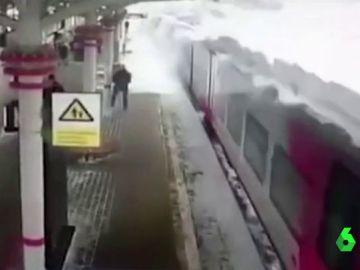 Avalancha de nieve sobre un tren