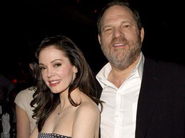 Harvey Weinstein junto a la actriz Rose McGowan, representada por Jill Messick