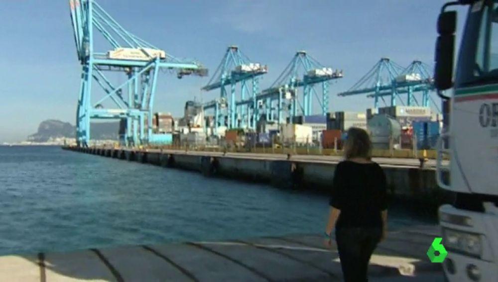 Una mujer observa el puerto de Algeciras