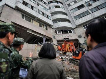 La presidenta taiwanesa Tsai Ing-wen inspecciona las labores de rescate en un edificio