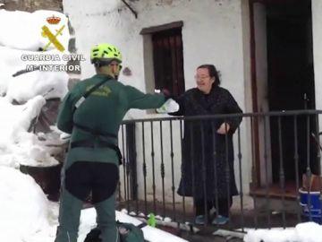 La Guardia Civil entrega medicinas a una mujer en Asturias