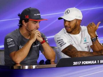 Alonso y Hamilton charlan durante una rueda de prensa